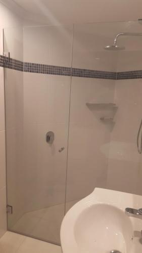 frameless-shower-screen-3-e1467858771796