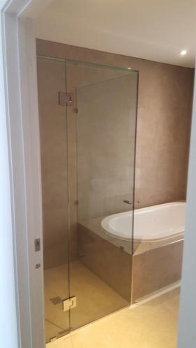 Frameless-shower1-14-04-16--e1467858520702